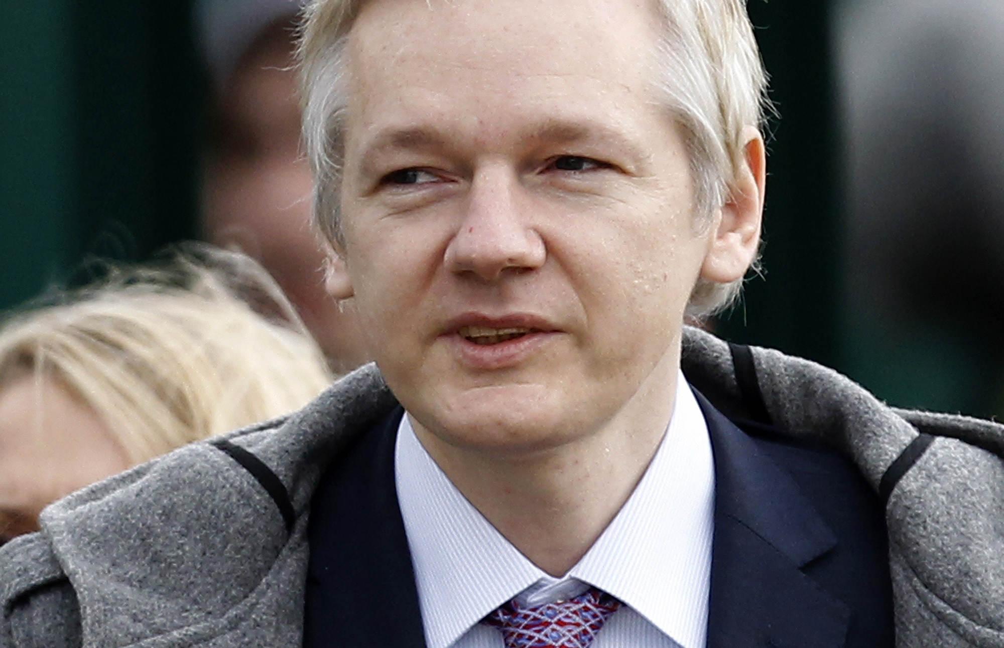 Julian Assange ställer upp på DNA-prov - julian-assange